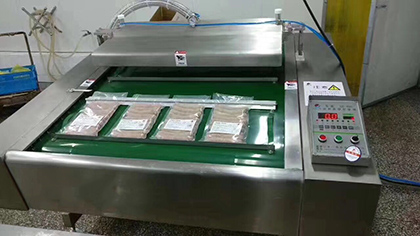 Continuous vacuum airtight sealing packaging machine